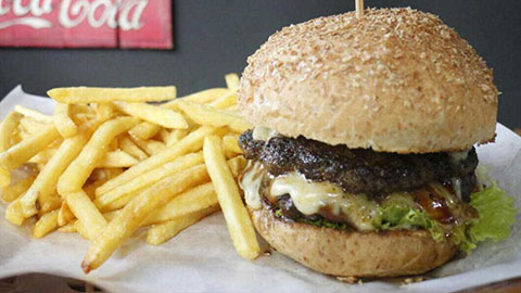 cheap bali restaurants Juicy burger and chips from Fat Tony's Kuta
