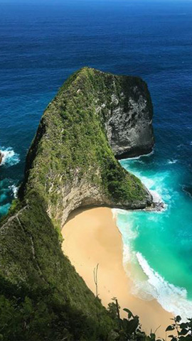 white sandy beach with crystal blue waters at kelingking beach nusa penida