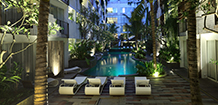 akmani legian poolside at night